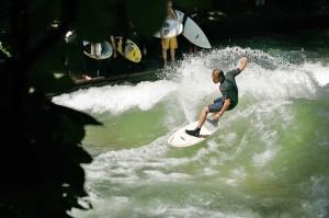 nico-meisner_eisbach-münchen-river-surfer