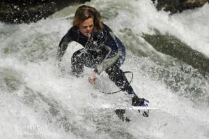 conni-grundmann_eisbach-münchen-river-fluss-surf