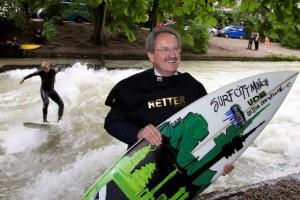 Eisbach Welle Muenchen gerettet Surfen legal