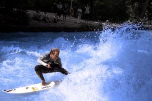 Yoyo-Terhorst-Eisbach München Fluss Surfer-Munich river surfing