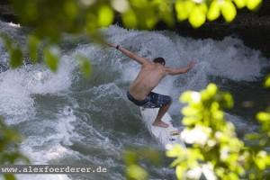 Yoyo-Terhorst-Eisbach München surfen River Jojo Surfer Munich Fluss