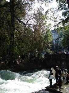 Eisbach muenchen surfen herbstbeginn
