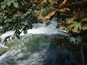 Eisbach surfen mnchen herbstbeginn