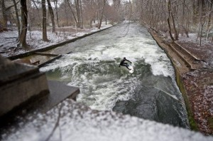 Eisbach Muenchen river Surfing Session im ersten Schnee 2010