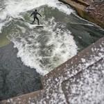 Eisbach Muenchen river Surfing im ersten Schnee 2010