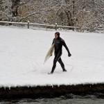 eisbach-surfer im Schnee münchen-river-surfing-schnee-surfen