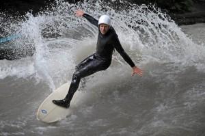 Eisbach Surfer und Artist Dieter Deventer surft Eisbach München