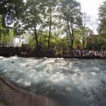 Eisbach River Surfing Muenchen Ostern 3