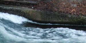niedriger Wasserstand Pegel am Eisbach München
