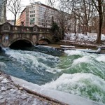 die-Eisbach-Welle-Muenchen-im-Eis