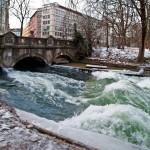 die-Eisbach-Welle-Muenchen-im-Eis