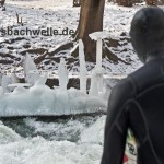 eisbach surfer vor eis kunstwerk