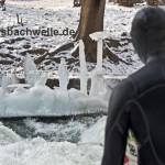 eisbach surfer vor eis kunstwerk