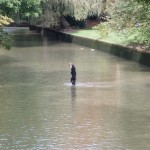 Eisbach Munchen Surfer im Kanal ohne Wasser
