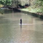 Eisbach Munchen Surfer im Kanal ohne Wasser
