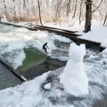 Eisbach river surfen münchen conny winter schnee