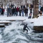 Eisbach river surfen münchen rainer zuschauer winter schnee