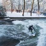 eisbach münchen river surfing winter schnee sonne zuschauer